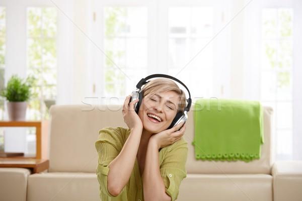 Foto d'archivio: Felice · donna · auricolare · ascoltare · musica · cuffie · home