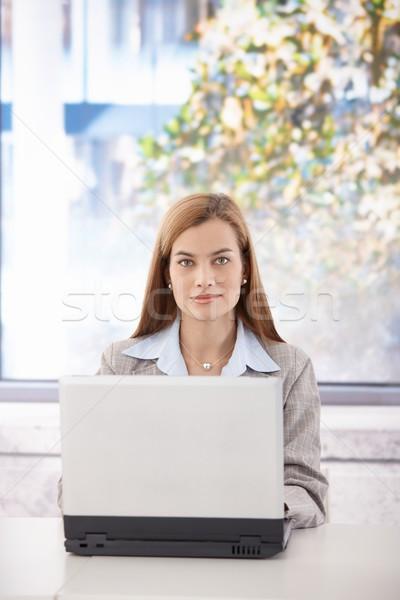 Zdjęcia stock: Portret · kobieta · interesu · młodych · posiedzenia · biurko · biuro