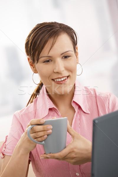 ストックフォト: 事務員 · 飲料 · 茶 · デスク · 見える · ノートパソコン