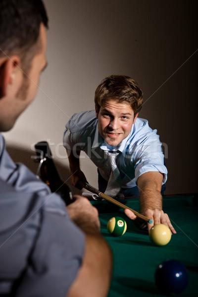 Barátok játszik snooker bár fiatalember felfelé néz Stock fotó © nyul
