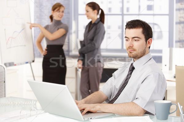 Stock fotó: üzletember · dolgozik · iroda · nők · fiatal · ül
