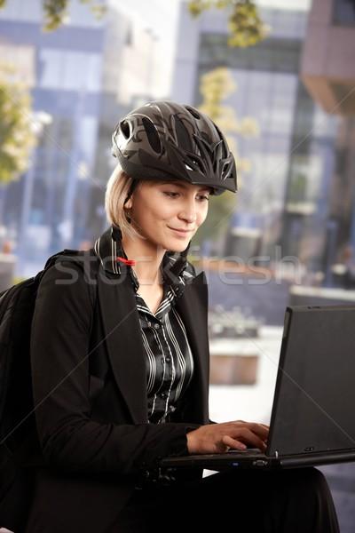 Foto stock: Mujer · de · negocios · usando · la · computadora · portátil · aire · libre · retrato · jóvenes