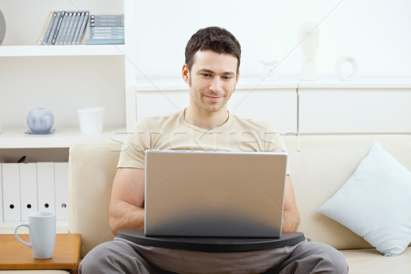 Stok fotoğraf: Adam · dizüstü · bilgisayar · kullanıyorsanız · ev · mutlu · gündelik · bilgisayar