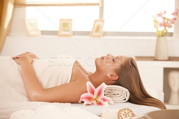 Bela mulher adormecido massagem cama belo mulher jovem Foto stock © nyul
