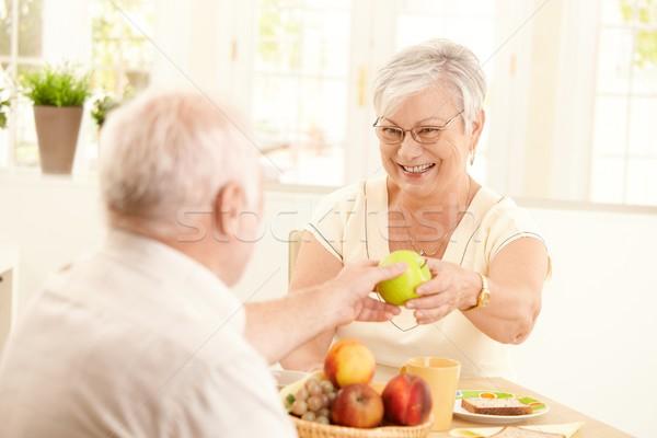 Foto stock: Riendo · altos · esposa · manzana · marido · verde