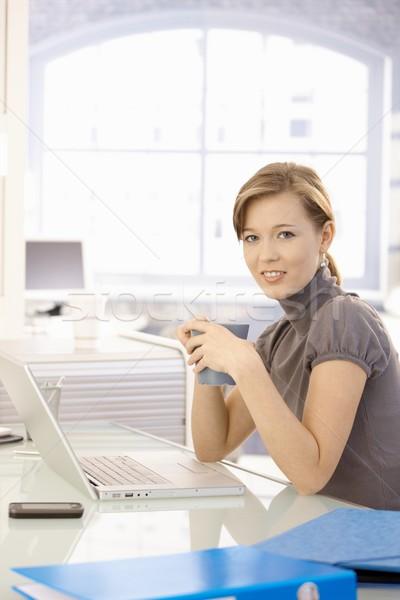 Stockfoto: Jonge · kantoormedewerker · drinken · thee · vrouwelijke · vergadering