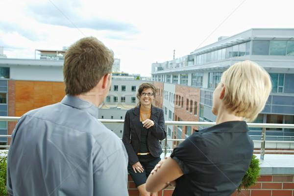 Foto stock: Pessoas · de · negócios · terraço · falante · prédio · comercial · empresária