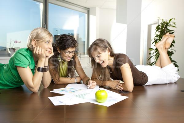 Lezser megbeszélés üzletasszonyok asztal tárgyalóterem megbeszél Stock fotó © nyul