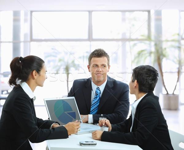 üzleti megbeszélés fiatal üzletemberek dohányzóasztal iroda lobbi Stock fotó © nyul
