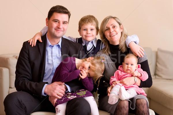 Gelukkig gezin portret vergadering bank home glimlachend Stockfoto © nyul