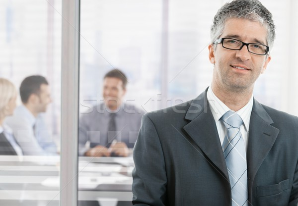 Empresário escritório cinza em pé olhando Foto stock © nyul