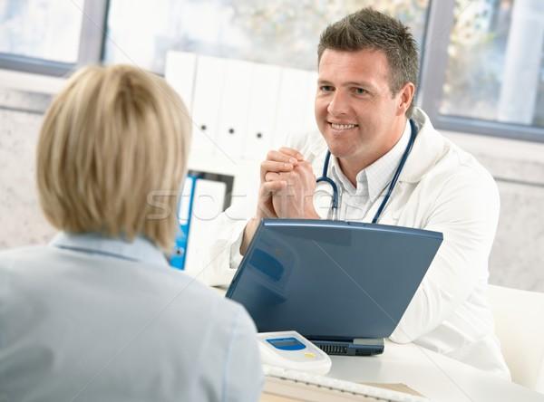 ストックフォト: 笑みを浮かべて · 医師 · 話し · 患者 · 女性