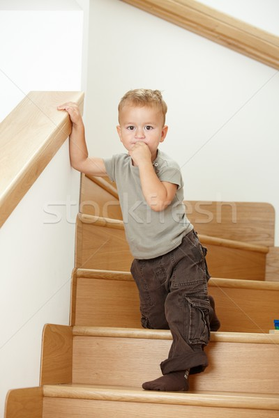Peu garçon permanent escaliers anxieux Photo stock © nyul