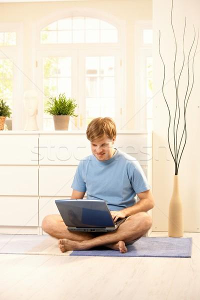 Fickó számítógép fiatal néz laptop számítógép ül Stock fotó © nyul