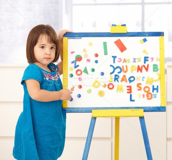 Bonitinho little girl desenho em pé prancheta Foto stock © nyul