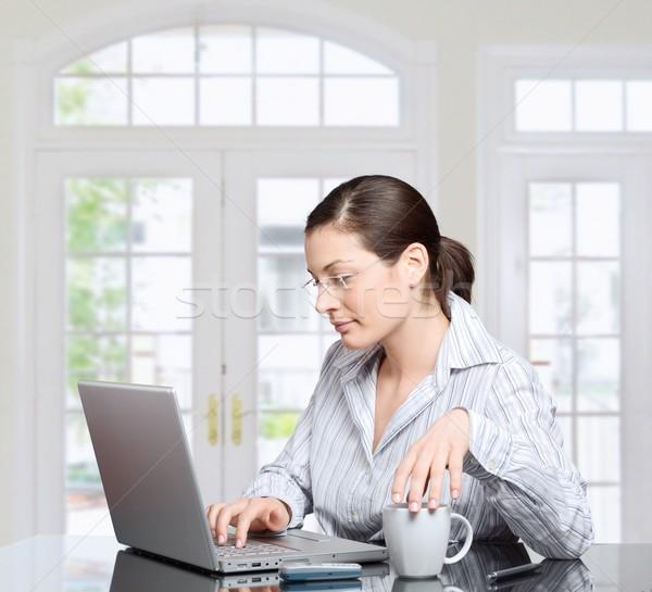 Sabah ev genç kadın dizüstü bilgisayar ışık temizlemek Stok fotoğraf © nyul