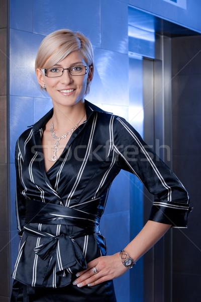 Portret zakenvrouw gelukkig jonge permanente Stockfoto © nyul