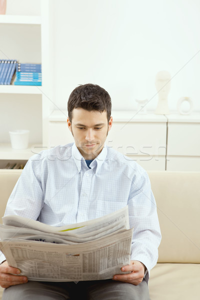 Сток-фото: человека · чтение · газета · красивый · молодым · человеком · сидят