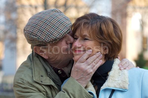 Starszy para całując szczęśliwy kiss kobieta twarz Zdjęcia stock © nyul