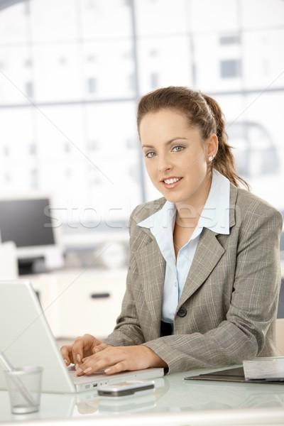 Mujer atractiva de trabajo portátil oficina atractivo jóvenes Foto stock © nyul