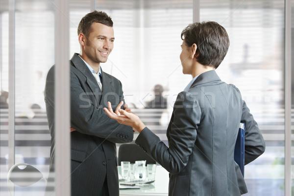 Geschäftstreffen Geschäftsmann Geschäftsfrau Tagungsraum sprechen Tür Stock foto © nyul