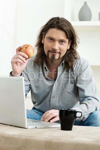 Stok fotoğraf: Adam · dizüstü · bilgisayar · kullanıyorsanız · bilgisayar · gündelik · ev · oturma