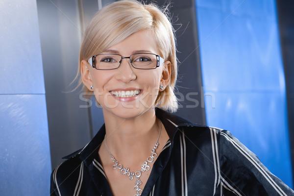 Stockfoto: Gelukkig · zakenvrouw · portret · jonge · glimlachend