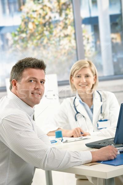 ストックフォト: 医師 · 患者 · オフィス · 座って · 見える · カメラ