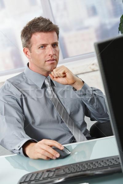 Geschäftsmann Scharfeinstellung Aufgabe bestimmt Computer Sitzung Stock foto © nyul