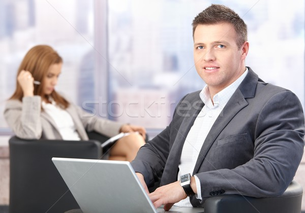 Zakenman met behulp van laptop vergadering kantoor lobby Stockfoto © nyul
