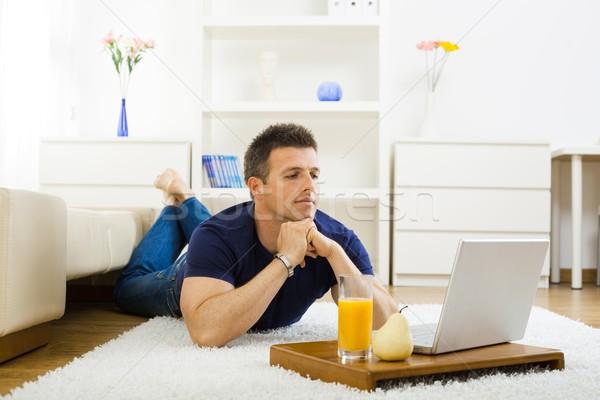 Adam çalışma ev gündelik genç dizüstü bilgisayar Stok fotoğraf © nyul