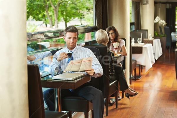 Stockfoto: Zakenman · cafe · vergadering · tabel · lezing · krant