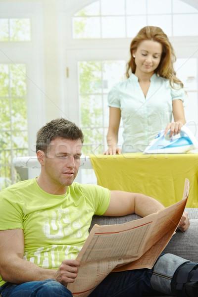 Vida familiar marido sessão sofá leitura notícia Foto stock © nyul