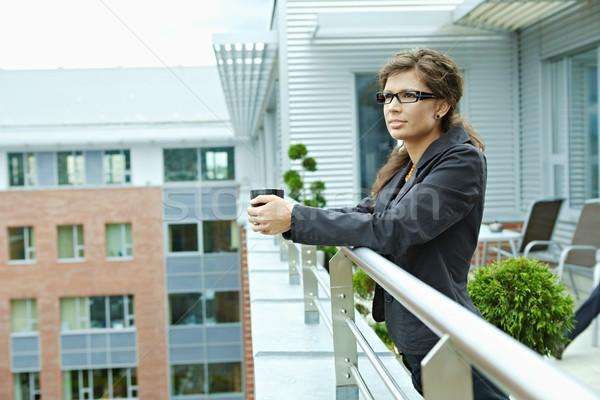 Zakenvrouw drinken koffie pauze kantoor terras Stockfoto © nyul