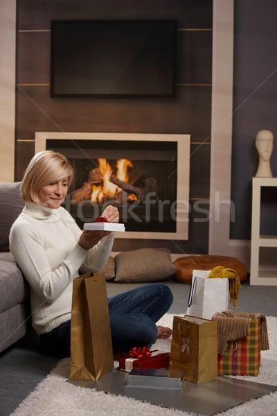 Stockfoto: Vrouw · presenteert · vloer · home · haard