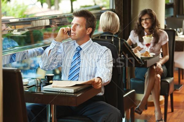 Foto d'archivio: Imprenditore · parlando · mobile · cafe · seduta · tavola