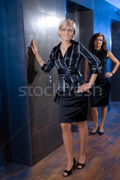 Stockfoto: Portret · onderneemsters · aantrekkelijk · jonge · permanente · kantoor