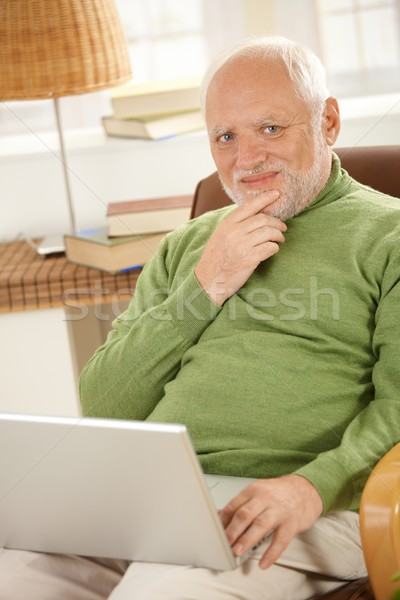 Сток-фото: портрет · старший · человека · портативного · компьютера · улыбаясь · домой