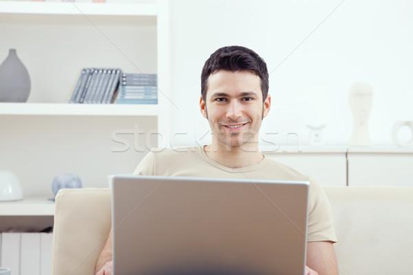 Man met behulp van laptop home gelukkig jonge man vergadering Stockfoto © nyul