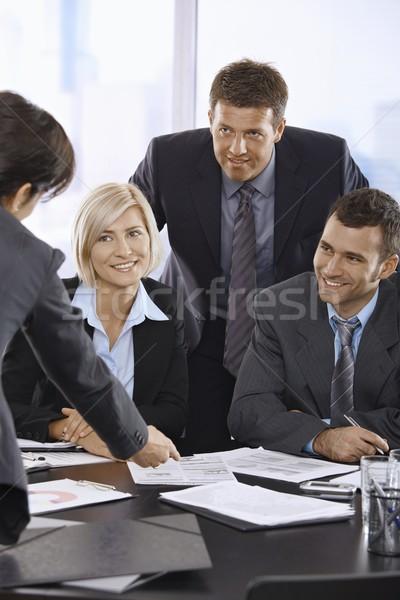 Foto stock: Sonriendo · equipo · de · negocios · hablar · oficina · feliz · gente · de · negocios