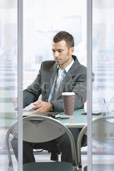 Сток-фото: бизнесмен · используя · ноутбук · профиль · портрет · сидят · столе