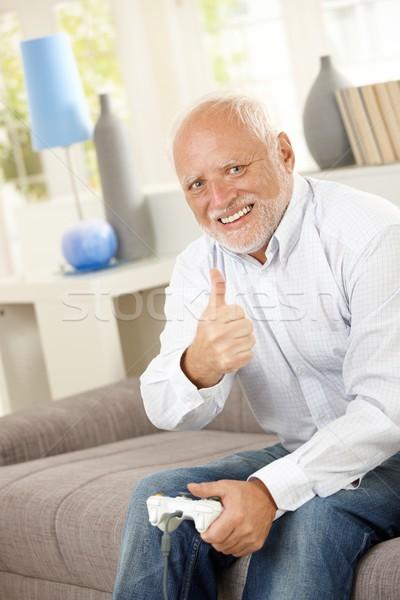 Ouder man duim omhoog computerspel vergadering Stockfoto © nyul