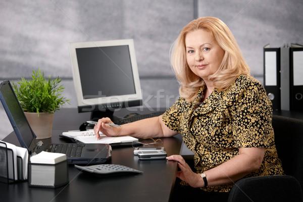 Foto stock: Altos · mujer · de · trabajo · oficina · sesión