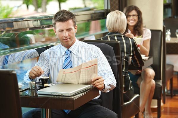 Foto stock: Empresário · café · sessão · tabela · leitura · jornal