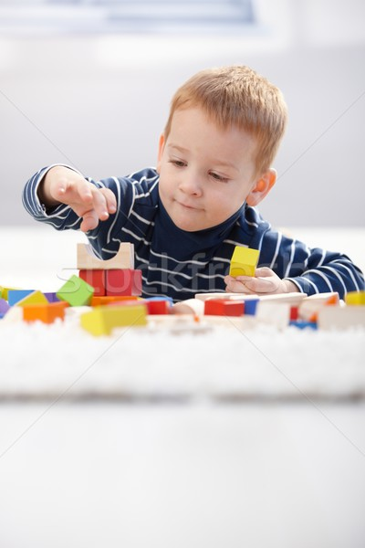 Aranyos gyerek játszik padló kicsi épület Stock fotó © nyul