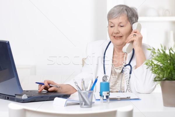 Senior arts met behulp van laptop computer vrouwelijke werken Stockfoto © nyul