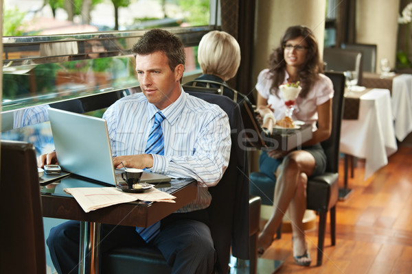 Empresário usando laptop café sessão tabela computador Foto stock © nyul