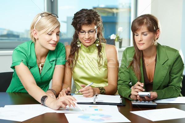 Foto stock: Reunión · de · negocios · jóvenes · empresarias · sesión · mesa