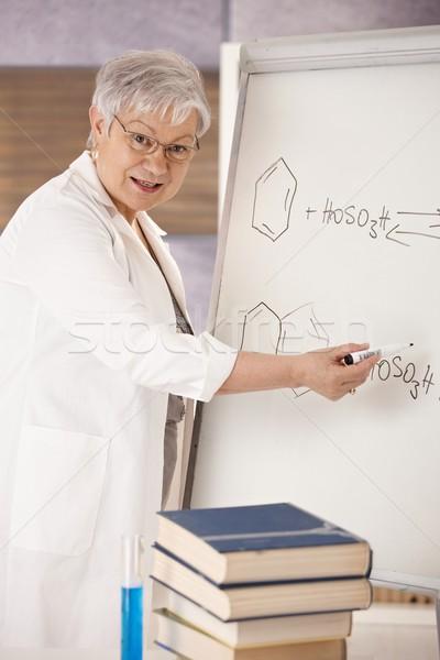 Senior leraar uitleggen moleculair formules onderwijs Stockfoto © nyul