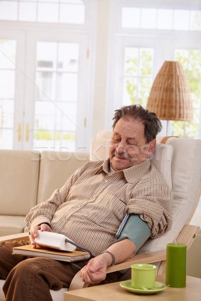 ストックフォト: 歳の男性 · 血圧 · ホーム · 座って · アームチェア